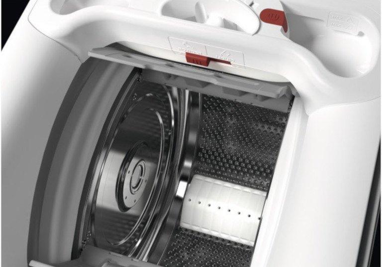 Bei einer Toplader-Waschmaschine wird oben eine Luke geöffnet. Ihr müsst nur noch die Wäsche in die Trommel fallen lassen (Bild: AEG)