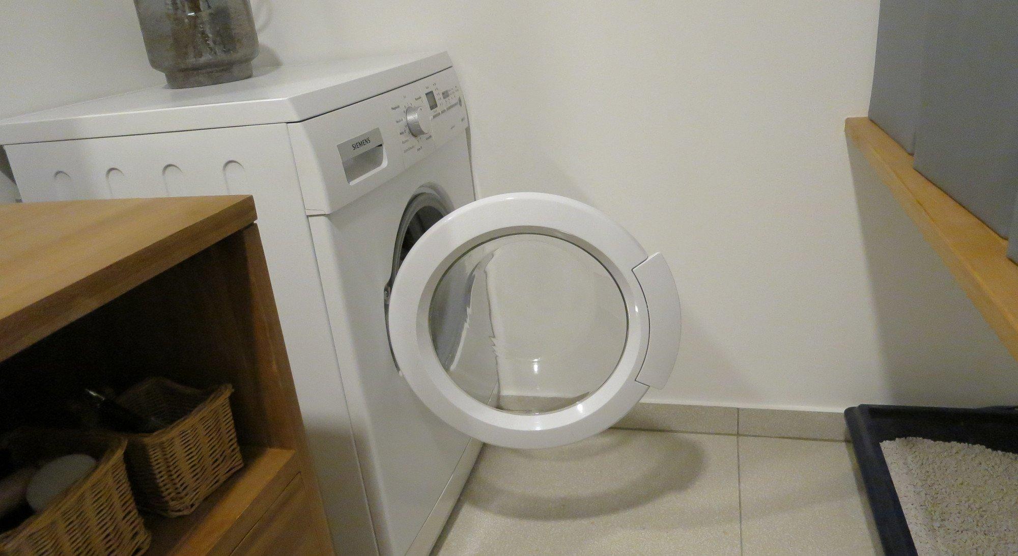 Das sieht nach mehr Platz aus, als da tatsächlich ist. Ich beuge mich immer über die Tür der Waschmaschine hinab (Bild: Peter Giesecke)