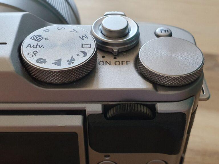 Kein eigenes Wahlrad für die ISO-Zahl, nur ein kleiner Button oben rechts, der ins Menü führt.