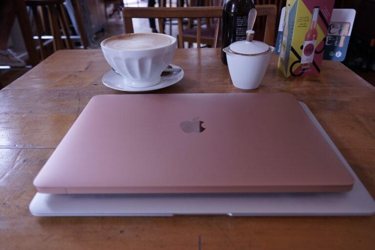 Das neue MacBook Air (oben) ist ein Stück kleiner als das alte.