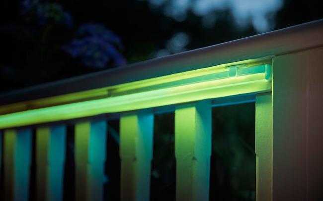 Hier im Bild - Hue Lightstrips in der Outdoor-Variante. Ideale Lampen für Garten und Balkon. (Foto: Signify)