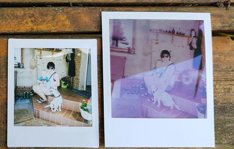 Ein Größenvergleich: Links die in der Regel günstigeren Instax-Fotos, rechts Polaroid. Es sei aber betont: Das Bild auf der rechten Seite ist noch nicht fertig entwickelt. (Foto: Sven Wernicke)