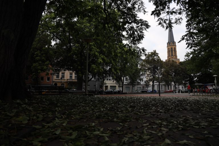 Dieses Bild wirkt im ersten Moment zu dunkel. Der Spotfokus hat allerdings die Kirche oben rechts fokussiert, die gut ausgeleuchtet ist.