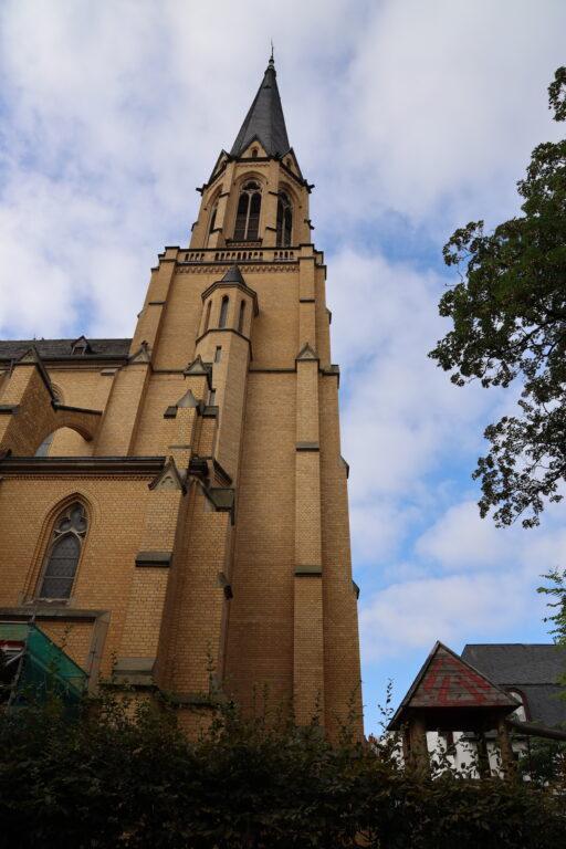 Hoppla, ist hier in den Ziegeln der Kirche etwa ein leichter Moiré-Effekt wahrnehmbar?