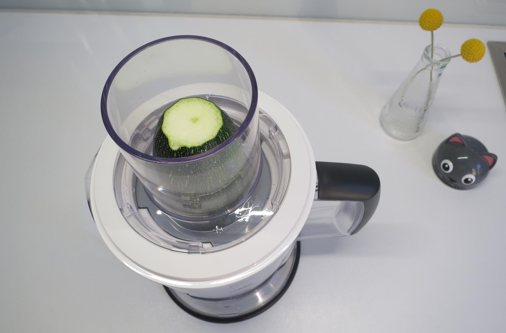 Spiralschneider Braun MultiQuick 5 Vario Fit MQ 5060 mit Zucchini im Einfüllschacht