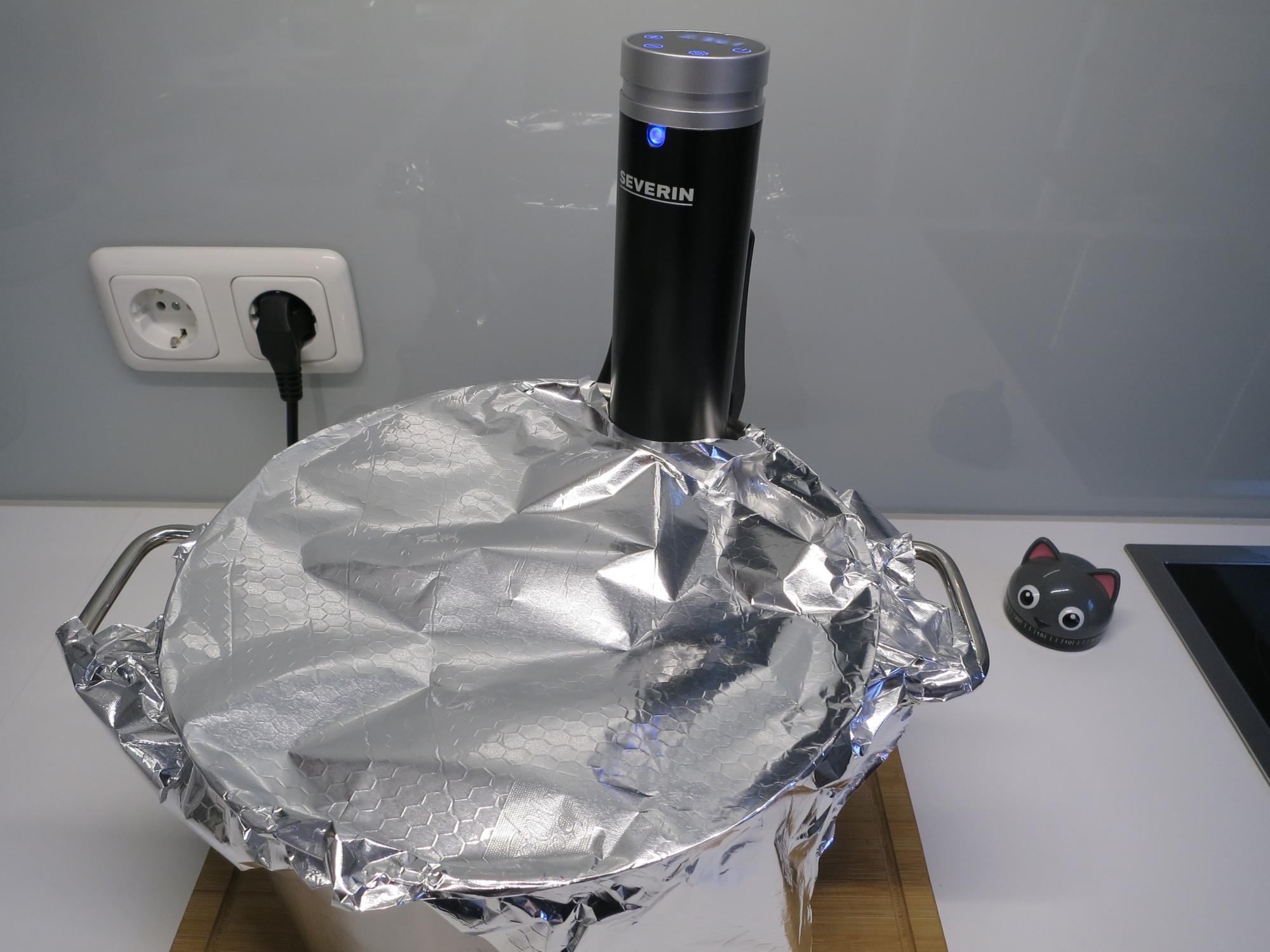 Topf mit Sous-vide-Stick und Alufolie
