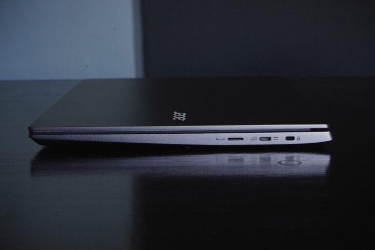 Auf der rechten Seite: MicroSD-Slot, 1x USB-C und das Laptop-Schloss
