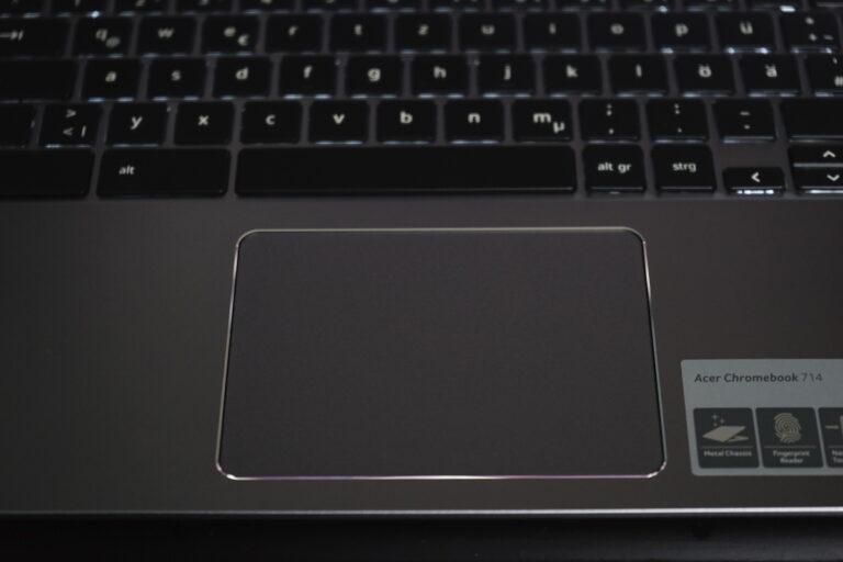 Geht auch im Dunkeln: Die beleuchtete Tastatur und das leicht abgesenkte Trackpad des Acer Chromebook 714