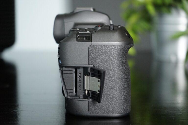 Karten-Einschub der Canon EOS R