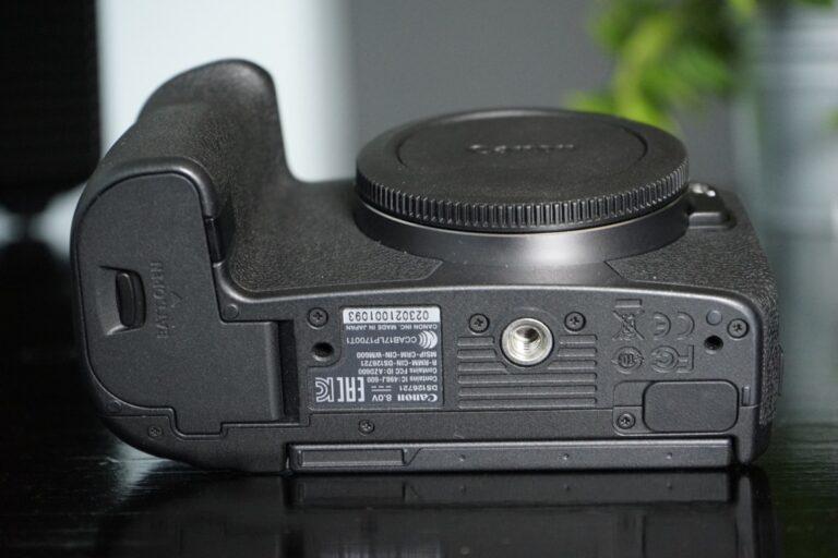 Unterseite der Canon EOS R