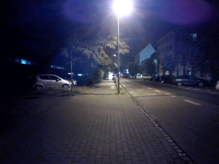 Straßenszene mit Nachtsicht