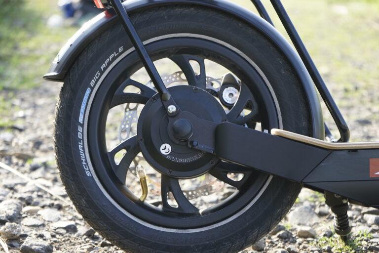 Antrieb und Bremsen sind elegant am Hinterrad angebracht, dazu kommt die gute Federung des Metz Moover