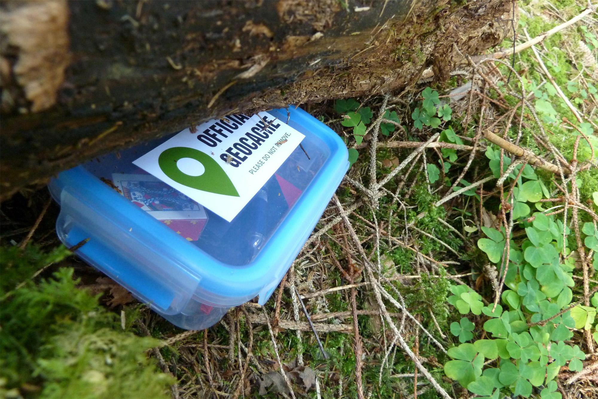 Ein Geocache - gefunden dank eines GPS-Geräts für Wanderer und Fußgänger