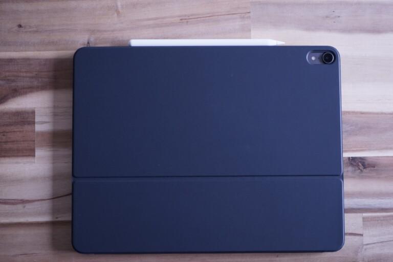 Zusammengeklappt umschließt das Folio-Cover das iPad sicher. Nur für den Stift gibt es keine sinnvolle Aufbewahrung.