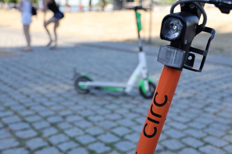 Wild abgestellte E-Scooter in Köln: Muss es notfalls Verbote und Strafen geben?