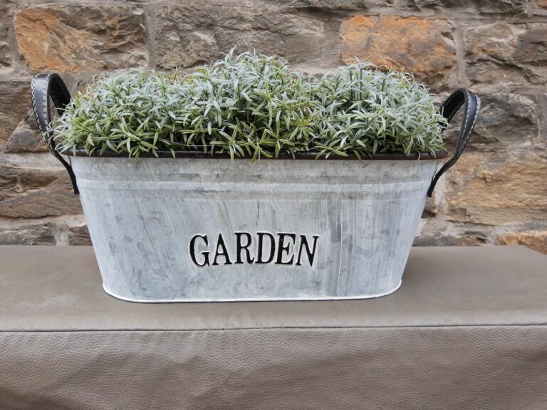 Schöner, kleiner Garten, nur etwas zu hell.
