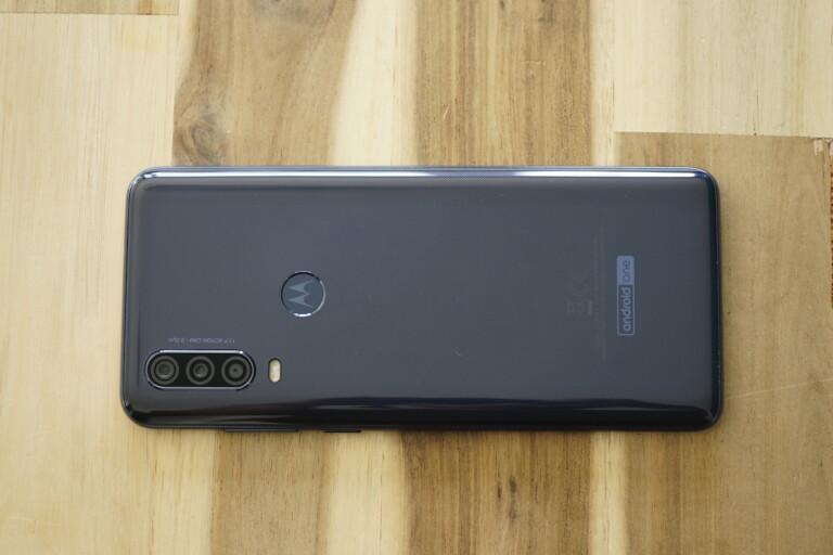 Rückseite des Motorola One Action mit Blick auf Fingerabdrucksensor und Objektive