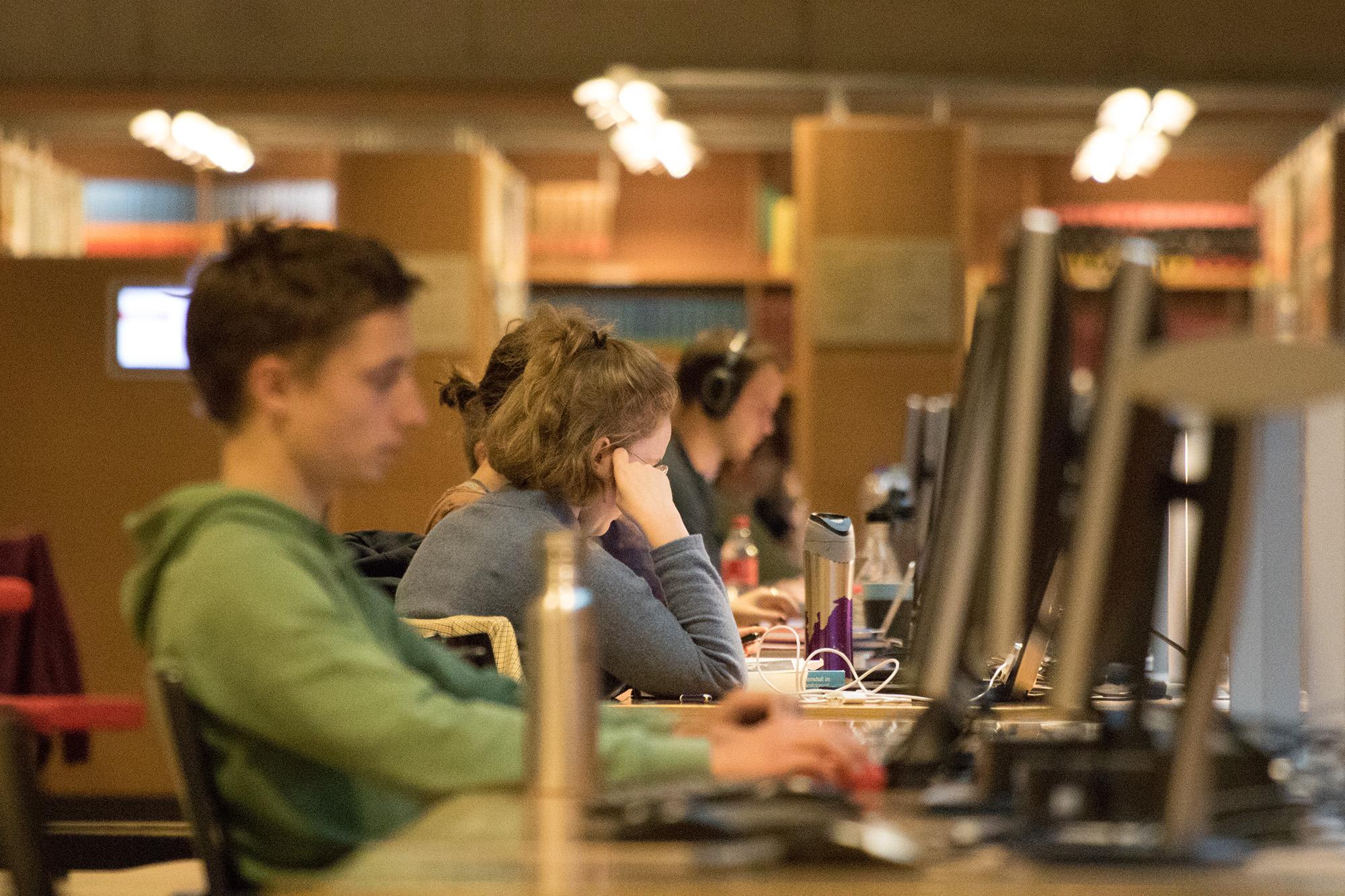 Studieren mit Notebook und Smartphone