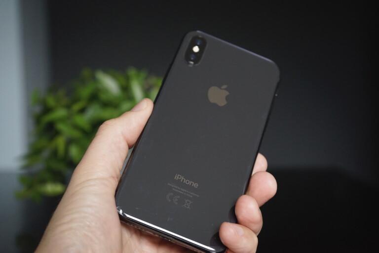 Schöne Glasrückseite des iPhone X, die allerdings für Macken und Kratzer anfällig ist.