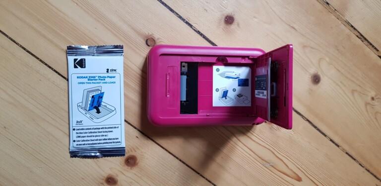 Ein blaues Stück Papier legt ihr mit ein. Dieses kalibriert Kodak Smile (Camera). (Foto: Sven Wernicke)