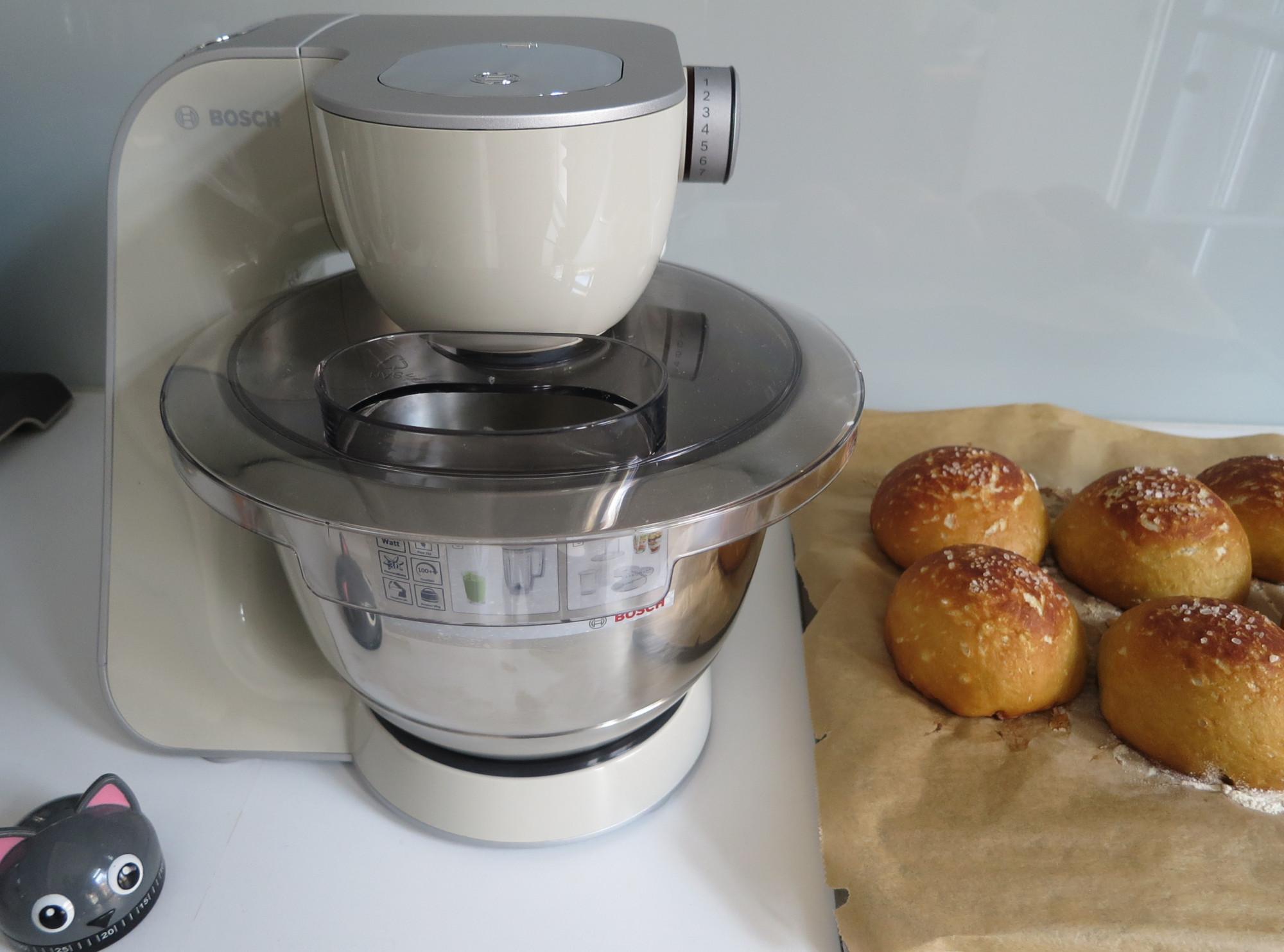 Küchenmaschine Bosch MUM 5 mit Laugenbrötchen