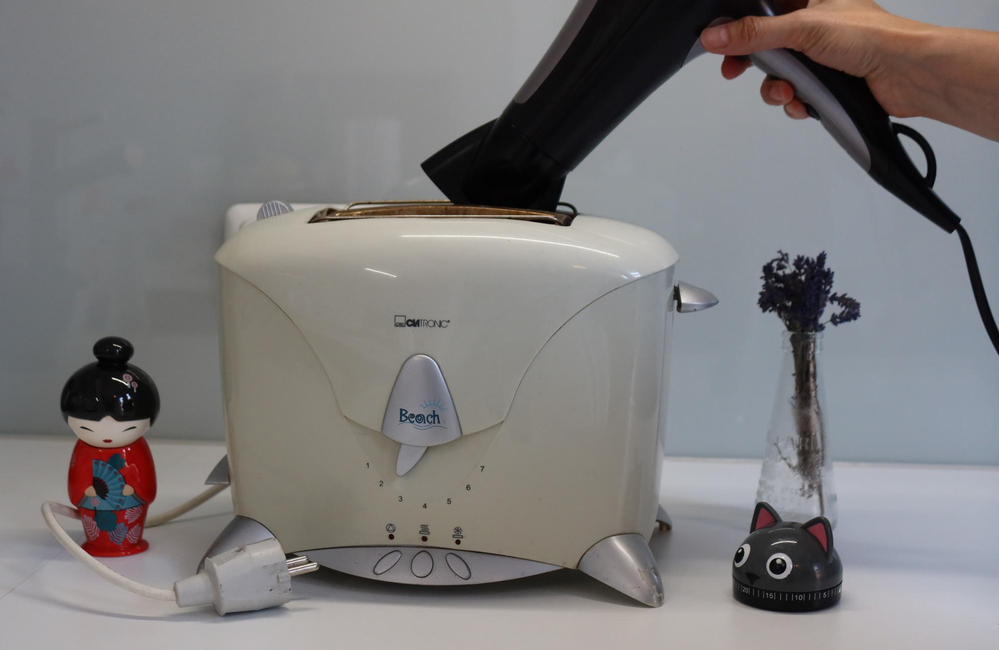 Toaster reinigen mit dem Föhn