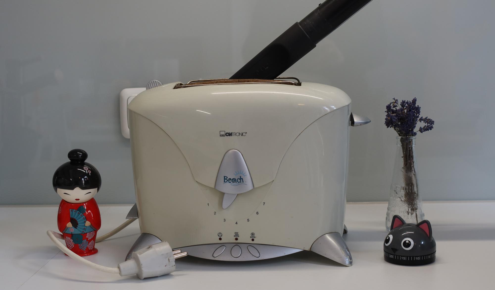 Toaster reinigen mit Staubsauger