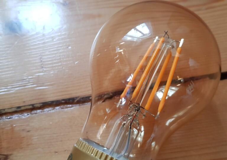 Die Leuchtfäden einer LED. Hier zu sehen die Vintage-Lampe von Innr. (Foto: Sven Wernicke)