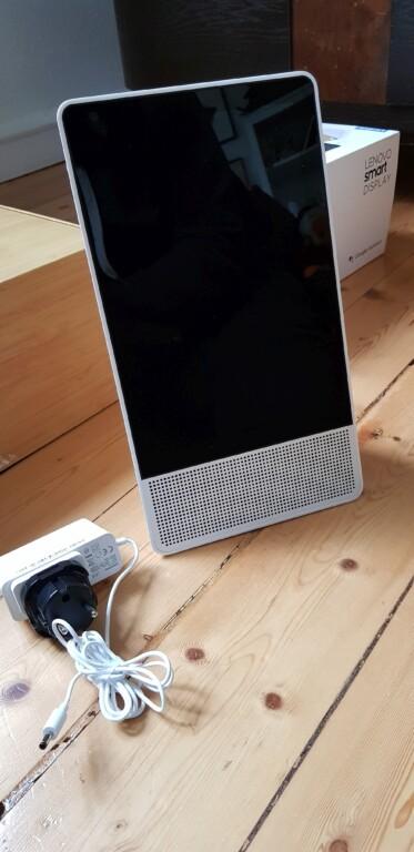 Ihr könnt das Display auch hochkant aufstellen, doch das unterstützt Lenovo nur bei Videotelefonaten. (Foto: Sven Wernicke)
