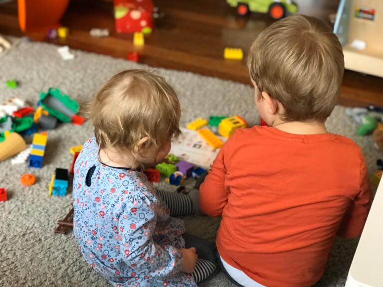 Spielen? Am besten noch analog. Aber in vielen Fällen helfen Smartwatch und Alexa im Familienalltag.