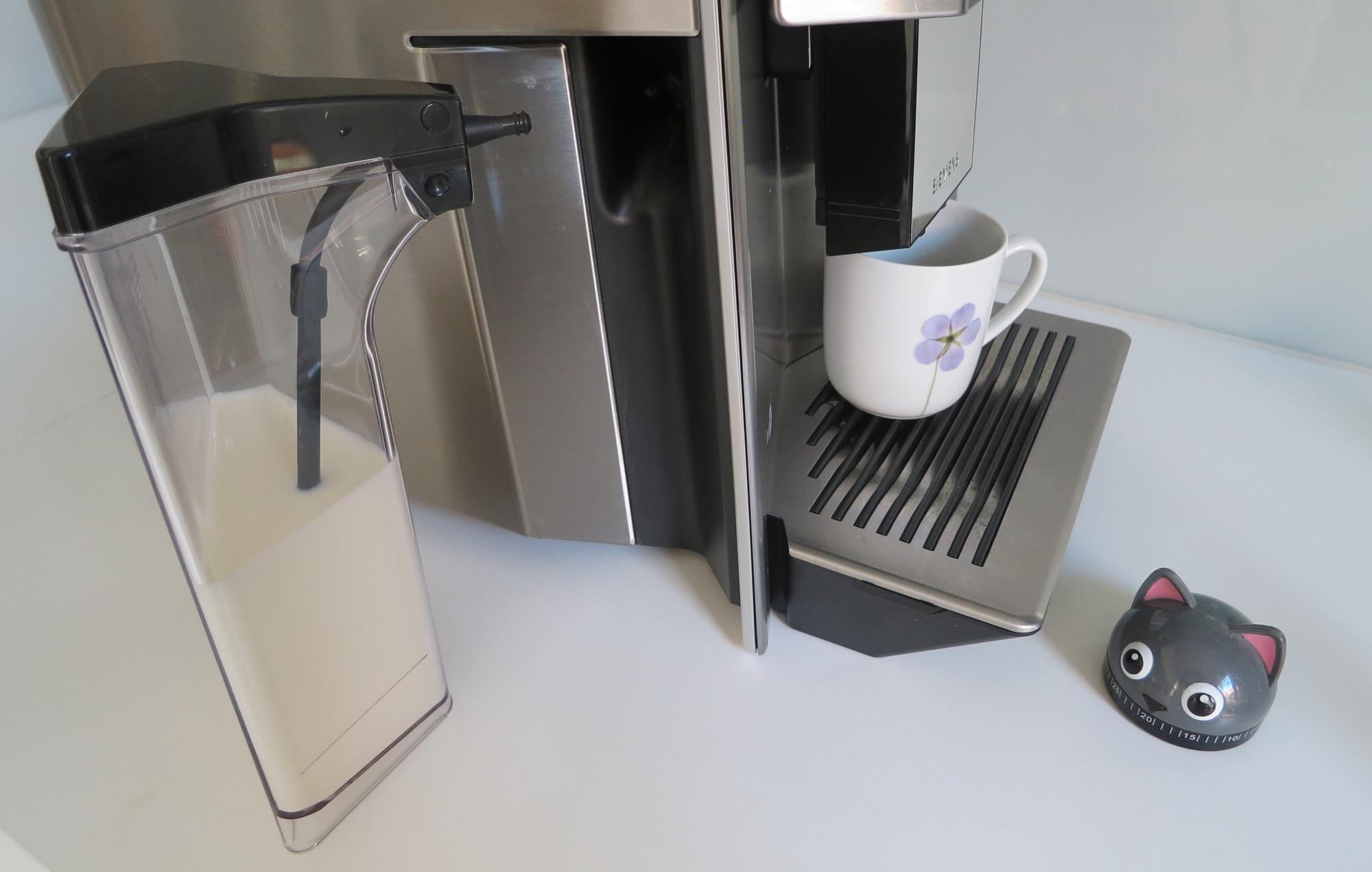 Milchbehälter des Kaffeevollautomaten Siemens EQ.9 plus connect