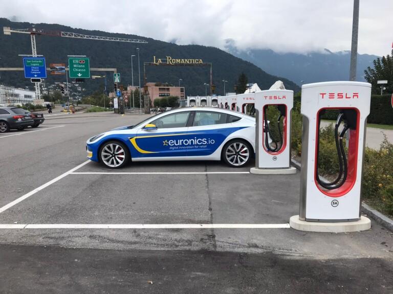 EURONICS-Tesla an der Ladestation