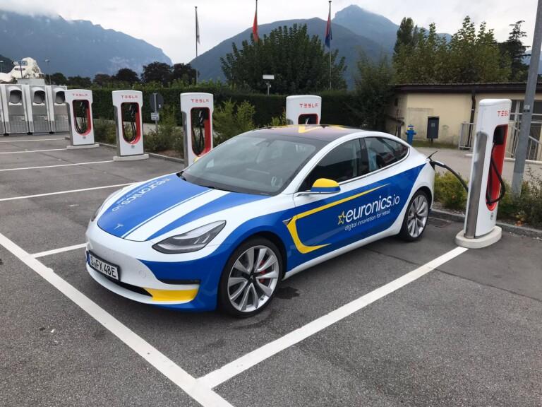 Philipp Neuffers Tesla, für die E-Cannonball-Rallye 2019 im neuen EURONICS-Look