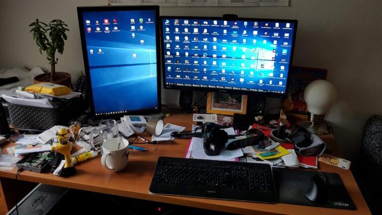 Furchtbares Chaos. Links unten ist noch der alte Desktop zu sehen. Eines der letzten Fotos mit diesem Monster. (Foto: Sven Wernicke)