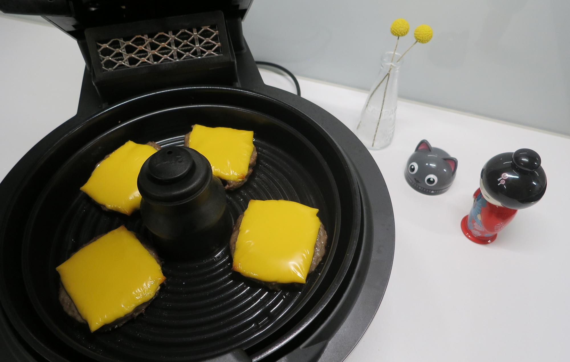 Burgerpatties auf der Grillplatte der Heißluftfritteuse Tefal ActiFry Genius XL 2in1