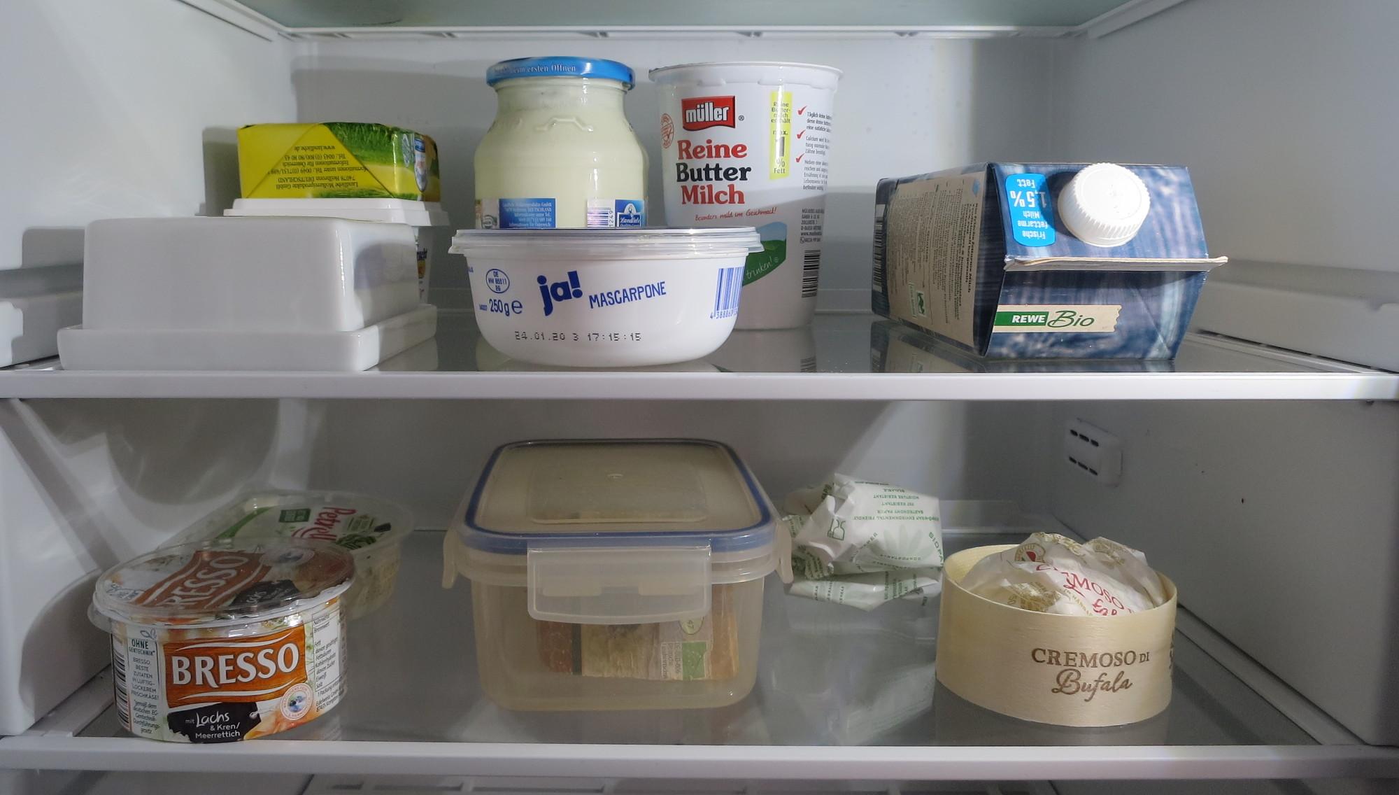 Milch, Butter und Käse im Kühlschrank
