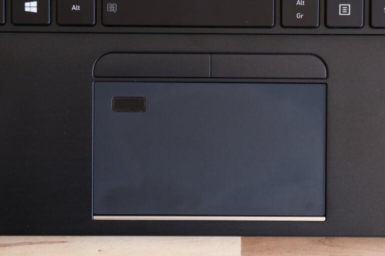 Die paar Fingerabdrücke lassen sich verschmerzen: Das Tecra X40-F besitzt ein wunderbar glattes Touchpad.