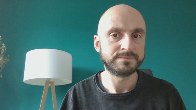 Selfie mit der Dynabook-Webcam, die selbst bei hellem Tageslicht rauscht und insgesamt enttäuscht – wie eigentlich die Webcams fast aller Notebooks.