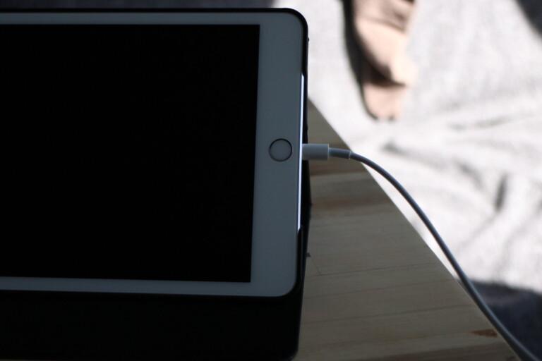 """Das (viel zu kurze) Ladekabel in der Mitte des Bildschirms: Hier ist das iPad eben doch """"nur"""" Tablet und nicht Laptop."""
