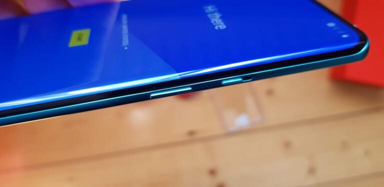 Das OnePlus 8 Pro besitzt ein grandioses Display. Mit 120Hz. (Foto: Sven Wernicke)