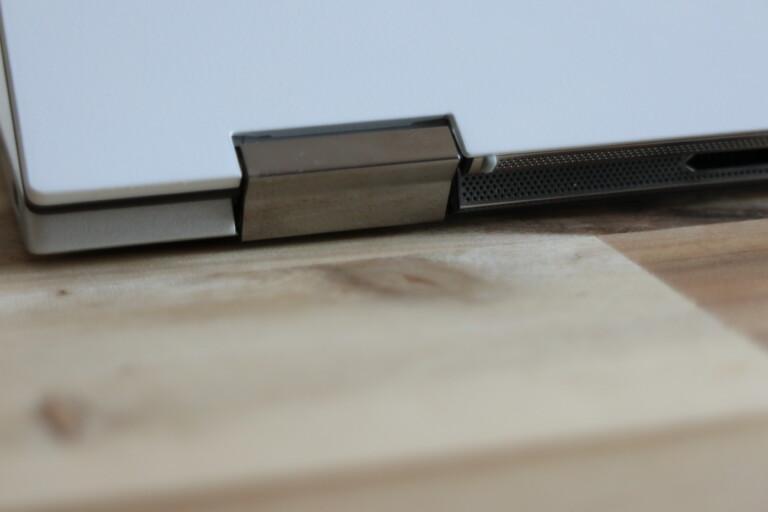 Zwei klitzekleine Gummipfropfen tragen bei aufgeklapptem Display das ganze Gewicht.