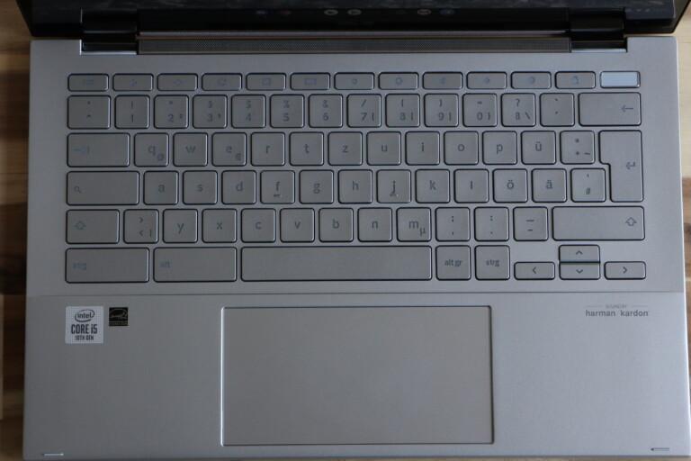 """Grundsolide Tastatur im Chromebook Flip C436 mit allenfalls etwas zu viel """"Spiel""""."""