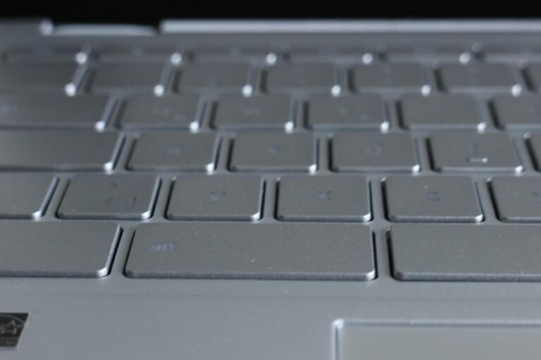 Je nach Betrachtungswinkel erkennt ihr die Tastenaufschrift des Chromebook Flip C436 nicht immer gut.