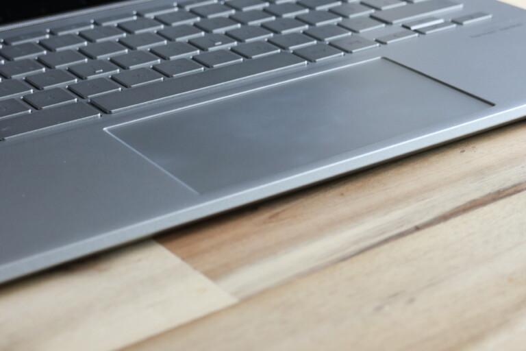 Sehr breites, aber nie störendes Touchpad