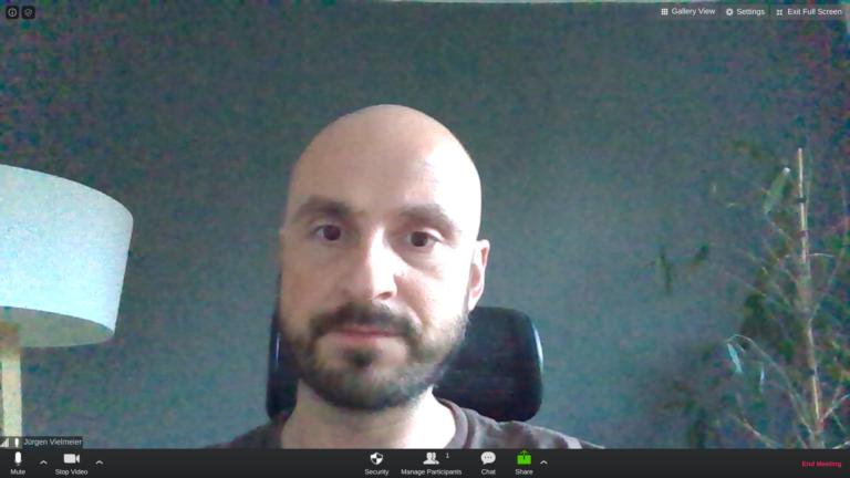 Videobild aus der Konferenz-App Zoom. Funktioniert auch gut auf Chrome OS, an der Bildqualität sind der späte Abend und die Kamera Schuld.