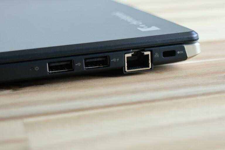 Anschlüsse rechts: Auch Ethernet ist mit dabei