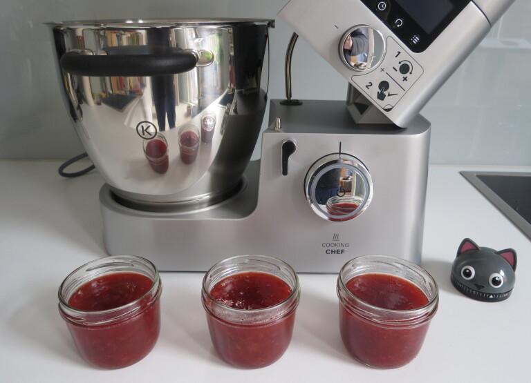 Erdbeer-Rhabarber-Marmelade vor der Küchenmaschine Kenwood Cooking Chef Gourmet