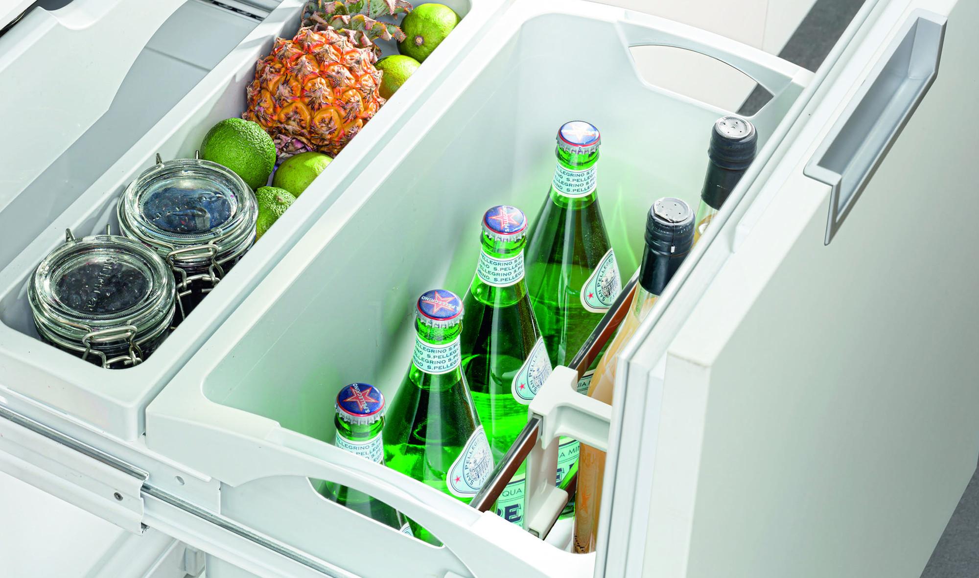 Flaschen im Kellerfach des Kühlschranks Liebherr IKBV 3264