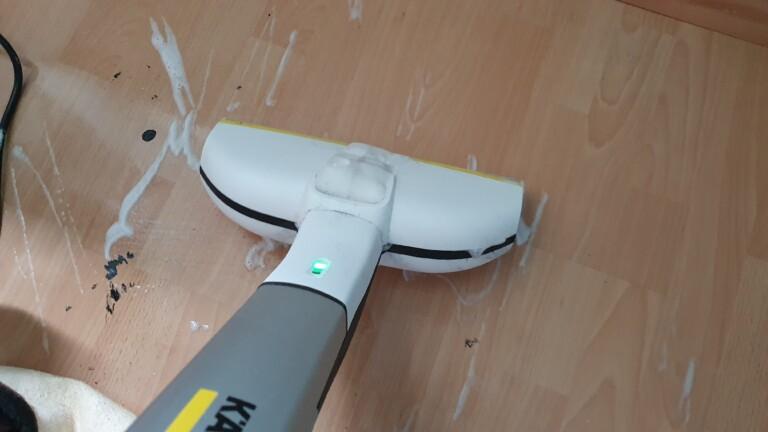 Schaum alleine reicht nicht. Der Kärcher FC 3 wird mit Flecken wasserlöslicher Farbe nicht fertig.