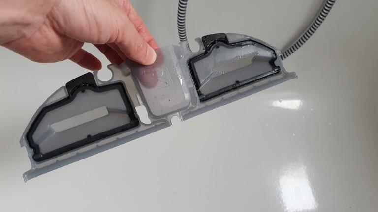 Praktisch: Den Schmutzwassertank könnt ihr einfach herausnehmen, ausleeren und abspülen.